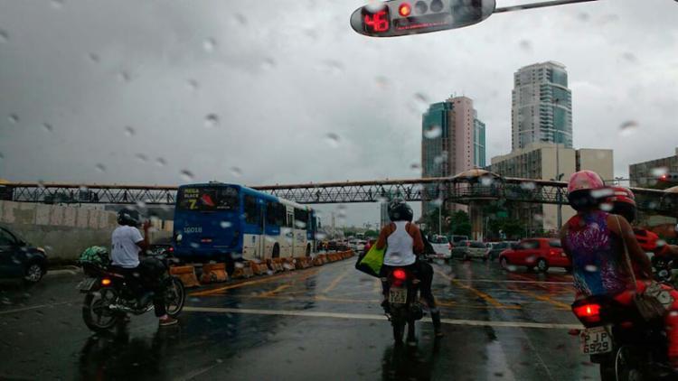 Por volta das 6h50, alguns ônibus já circulavam na região do Shopping da Bahia - Foto: Juarcy dos Anjos | Ag. A TARDE
