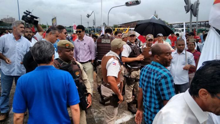 Manifestantes ocupam a via; a polícia acompanha o ato - Foto: Edilson Lima | Ag. A TARDE