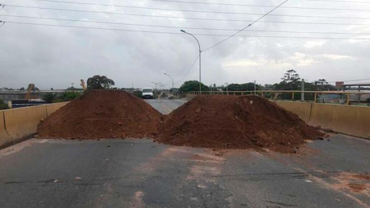 Terra foi usada para bloquear a via que dá acesso a cidade de Camaçari - Foto: Reprodução | Site Camaçari Notícias