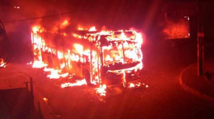 O coletivo teve perda total. Apesar disso, ninguém ficou ferido - Foto: Cidadão Repórter | Via WhatsApp