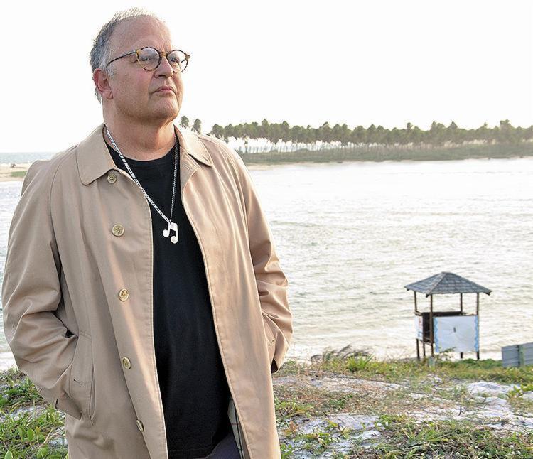 Guilherme Arantes em praia do Litoral Norte da Bahia - Foto: Paulo Avelino l Divulgação