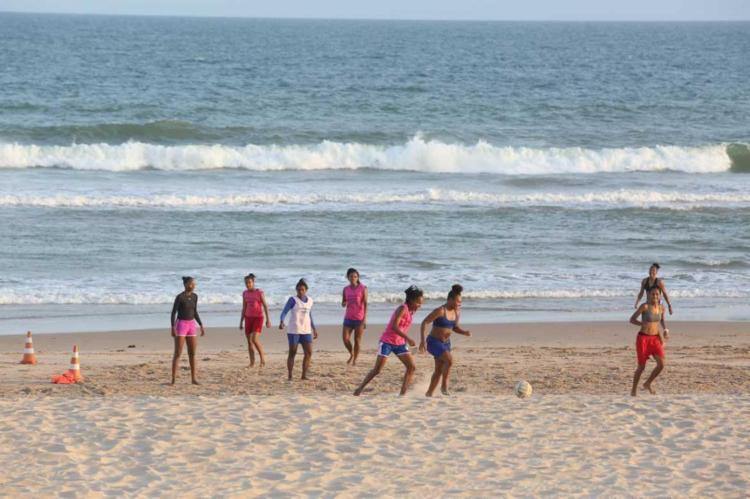 Atletas do São Francisco fazem treino na praia de Piatã - Foto: Mila Cordeiro   Ag. A TARDE