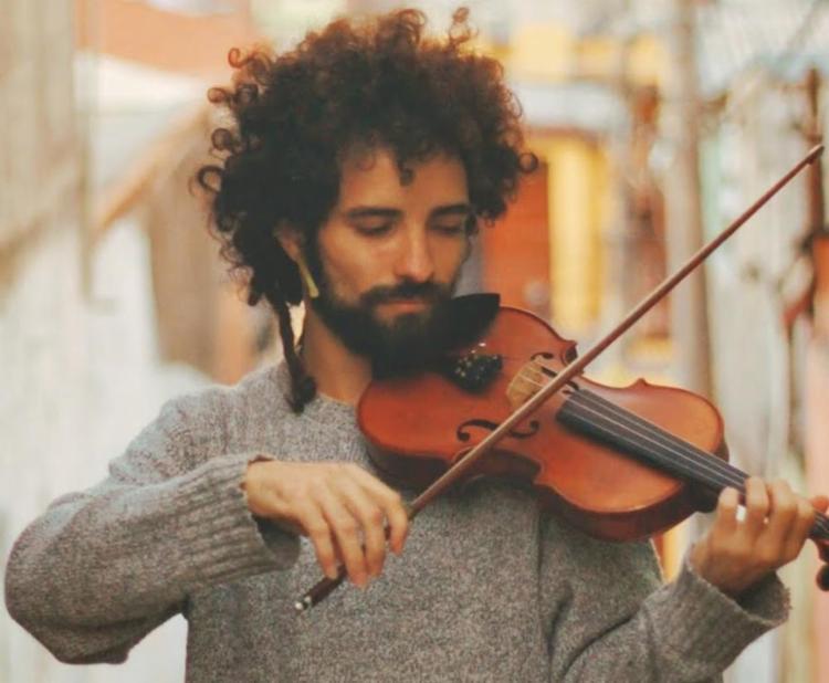 Diego Cosamores toca violino nos vagões dos metrôs de São Paulo por pelo menos quatro horas - Foto: Divulgação