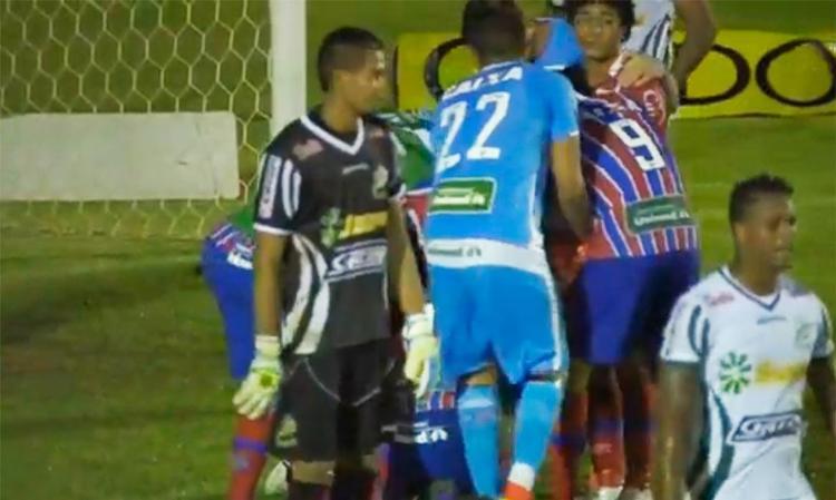 Edigar Junio foi cercado por jogadores tricolores após empatar aos 48 minutos do 2º tempo - Foto: Reprodução