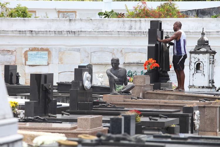 Na véspera de Finados, túmulos passaram por limpeza - Foto: Luciano da Matta l Ag. A TARDE