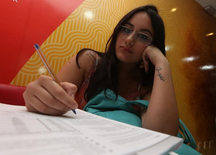 Para Mariana Costa, a decisão do Inep interfere na preparação dos candidatos - Foto: Joá Souza l Ag. A TARDE
