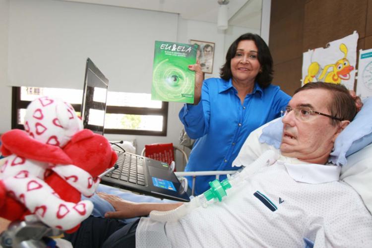 Antônio Ailton de Andrade ao lado da esposa, Regina, que segura o livro dele - Foto: Joá Souza | Ag. A TARDE