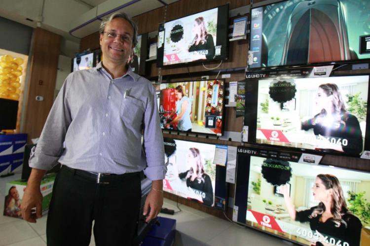 Martins, da Magazine Luiza, afirma que o que tem atraído o consumidor é a alta tecnologia - Foto: Joá Souza | Ag. A TARDE