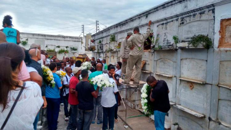 Muitos amigos, familiares e clientes compareceram ao enterro de Valdir - Foto: Edilson Lima | Ag. A TARDE