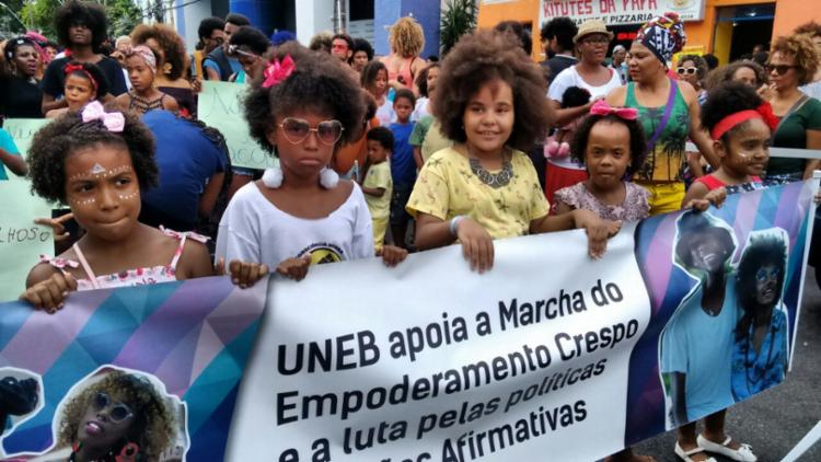 Crianças e adultos marcharam contra o racismo no Centro de Salvador - Foto: Edilson Lima | Ag. A TARDE