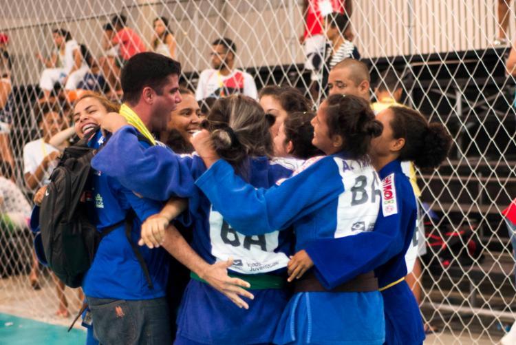 As meninas do judô comemorando medalha de bronze - Foto: Roberto Marcelo | Sudesb