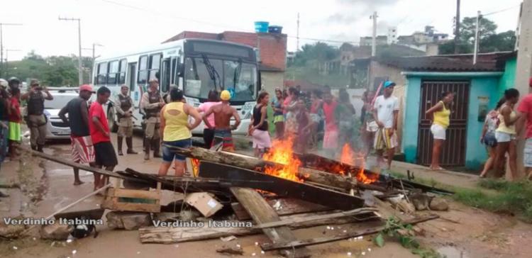 Moradores atearam fogo em objetos durante protesto nesta terça - Foto: Reprodução   Site Verdinho Itabuna