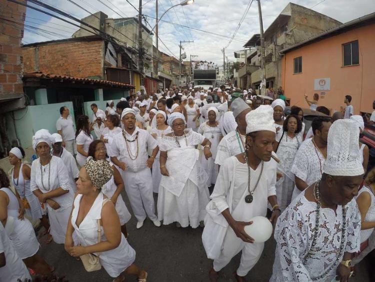 Partindo do fim de linha do Engenho Velho da Federação, a caminhada aconteceu pelas ruas do bairro - Foto: Mila Cordeiro | Ag. A TARDE
