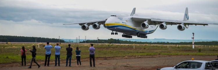 Com 84 metros de comprimento e 175 toneladas, o Antonov atraiu multidão - Foto: Chello Framephoto | Estadão Conteúdo