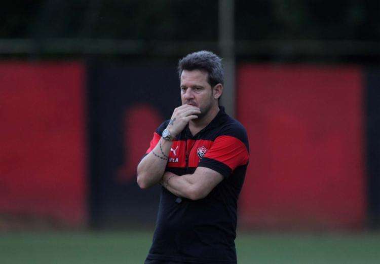 Argel tem optado pelo 4-3-3 em casa; fora, tira um dos atacantes - Foto: Adilton Venegeroles | Ag. A TARDE