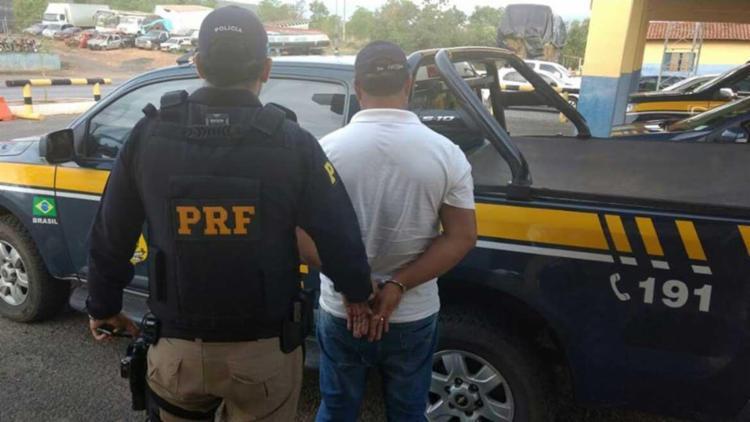 O homem tinha mandado de prisão aberto desde setembro de 2014 - Foto: PRF | Divulgação