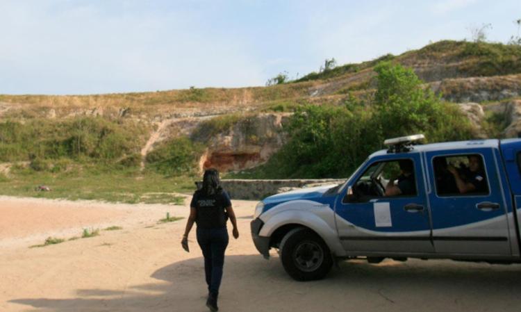 Corpo foi encontrado ao lado de campo de futebol - Foto: Joá Souza | Ag. A TARDE