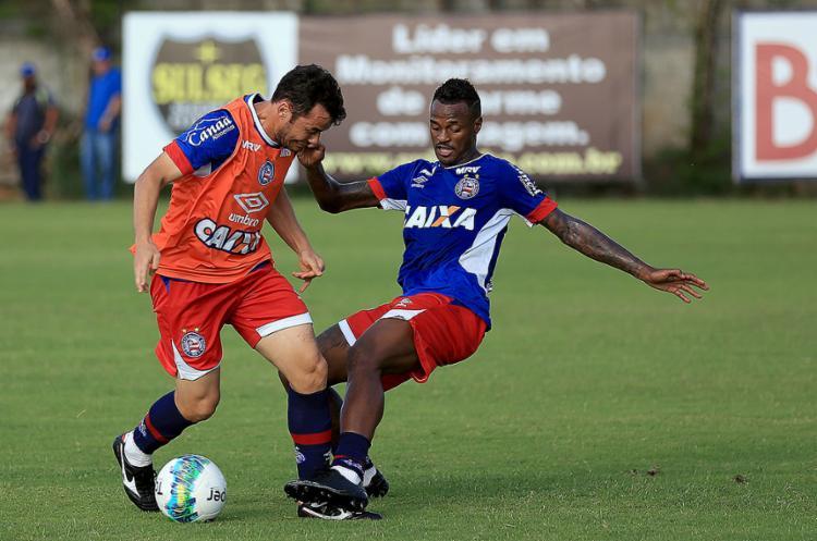 Renê júnior (D) marca Cajá em treino. Volante deve ser titular sábado - Foto: Felipe Oliveira l EC Bahia