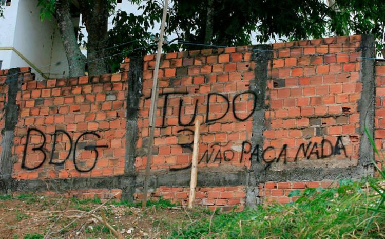 Crime aconteceu em invasão que fica atrás de prédios residenciais - Foto: Edilson Lima | Ag. A TARDE