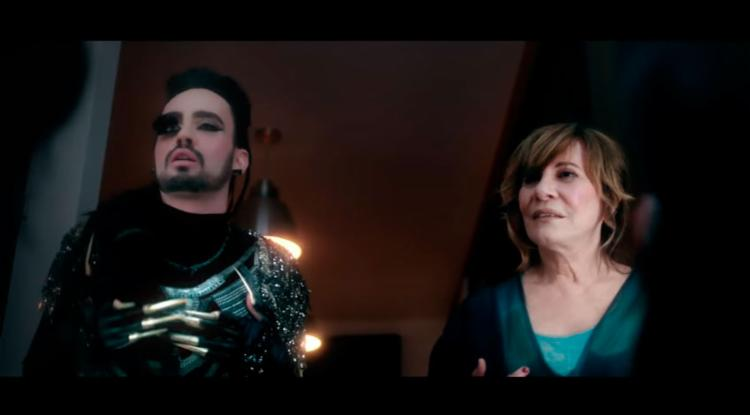 A atriz em cena do clipe - Foto: Reprodução | YouTube