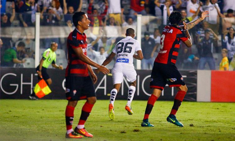 Victor Ramos reclama enquanto Copete comemora gol do Santos - Foto: Marco Galvão | FotoArena | Estadão Conteúdo