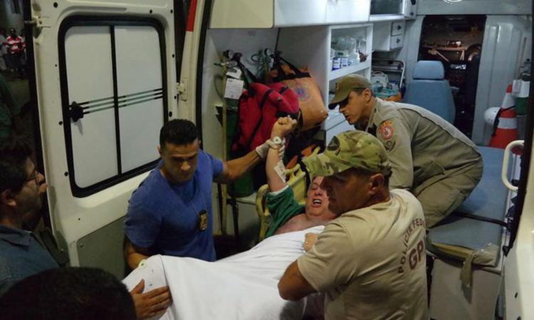 Garotinho se nega a entrar na ambulância - Foto: Vladimir Patonow   Agência Brasil