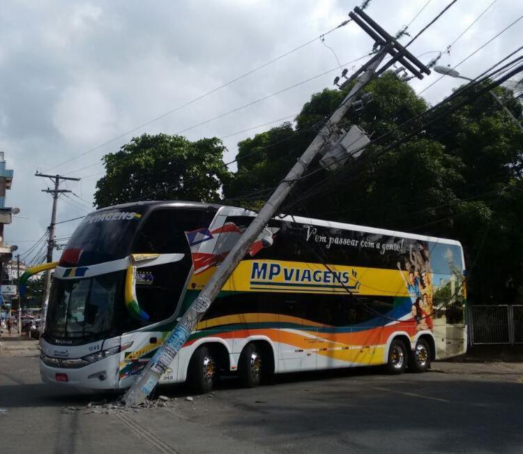Coletivo de turismo colidiu em um poste na Cidade Baixa - Foto: Edilson Lima | Ag. A TARDE
