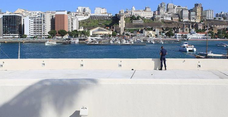 Vigilante Luan César desfrutará só da contemplação no interior do forte, enquanto a visitação não é liberada - Foto: Xando Pereira l Ag. A TARDE