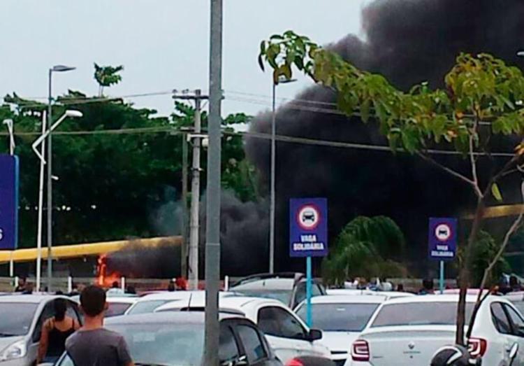 O coletivo ficou completamente destruído com o fogo - Foto: Cidadão Repórter   Via WhatsApp