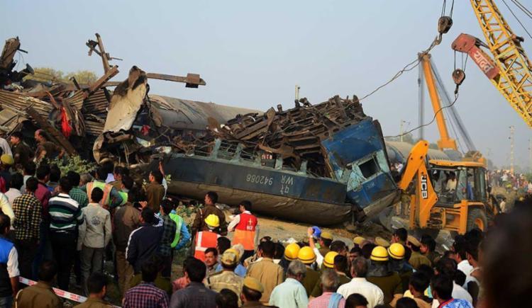 O acidente ocorreu na altura da cidade de Kanpur, por volta das 3h (hora local) e afetou 14 vagões do trem - Foto: Sanjay Kanojia | AFP