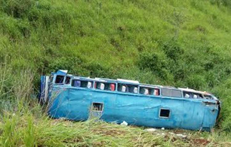 Veículo desceu rolando uma ribanceira de 30 metros de profundidade - Foto: Reprodução   Blog do Marcelo