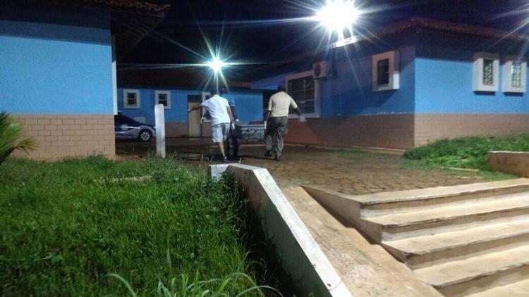 Corpo de detento executado é retirado do complexo - Foto: Diogo Gomes l Blog do Sigi Vilares