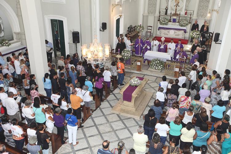Fiéis assistem missa celebrada por dom Murilo, no Campo Santo, na Federação - Foto: Luciano da Matta l Ag. A TARDE