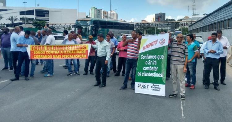 Taxista fazem cordão humano para bloquear avenida ACM e região - Foto: Xando Pereira | Ag. A TARDE