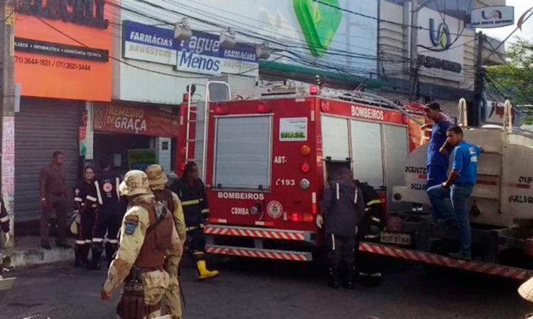 Bombeiros fizeram o rescaldo após conseguirem controlar o incêndio - Foto: Sheila Barretto | Camaçari Notícias