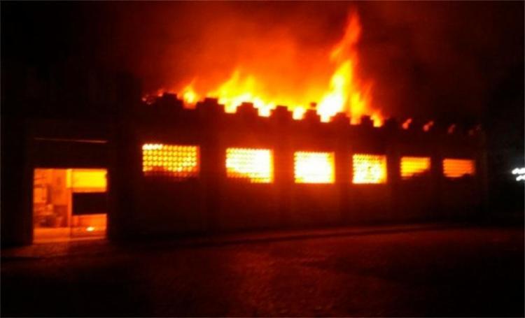 Fogo atingiu diversas lojas e restaurantes do local - Foto: Reprodução | Itambé Agora