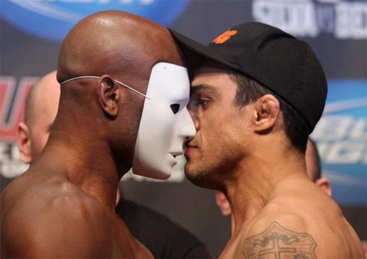 Em 2011, Anderson Silva usou máscara ao encarar Vítor Belfort na pesagem para o UFC 126 - Foto: Josh Hedges l Zuffa LLC l Getty Images