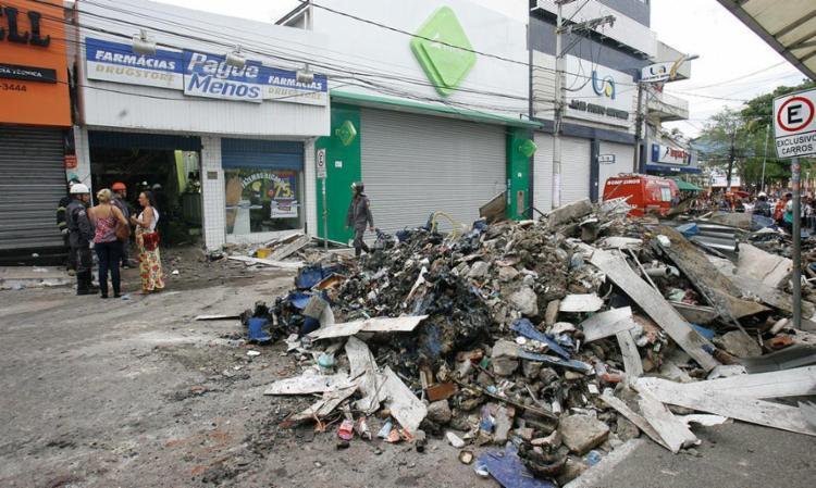 Entulho retirado da farmácia Pague Menos, em Camaçari, após explosão - Foto: Luciano da Matta | Ag. A TARDE