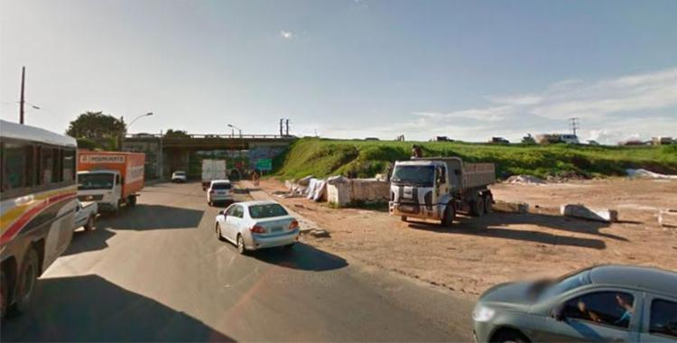 Vítima estava pendurada em um caminhão no momento do acidente - Foto: Reprodução   Google Maps
