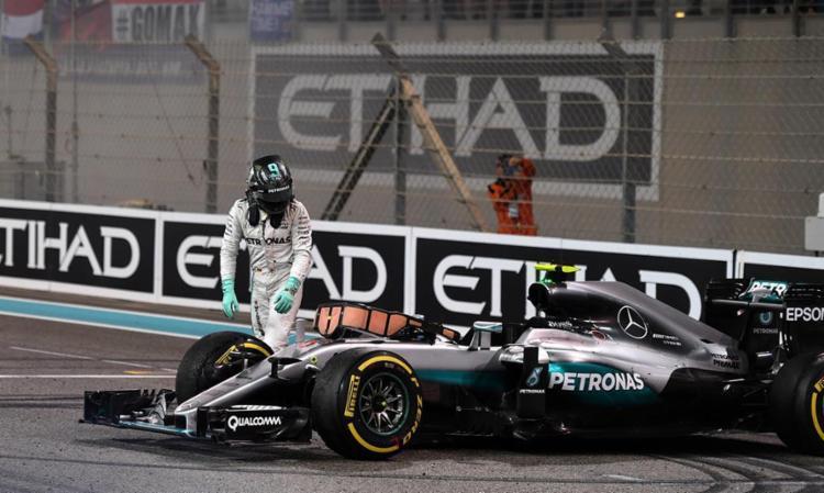 Radiante, Rosberg deixou o carro na pista para comemorar com a equipe - Foto: Andrej Isakovic   AFP