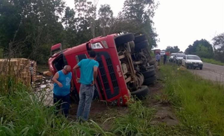 Caminhão tomba mas motorista não teve ferimentos graves - Foto: Repdodução | Site Teixeira News