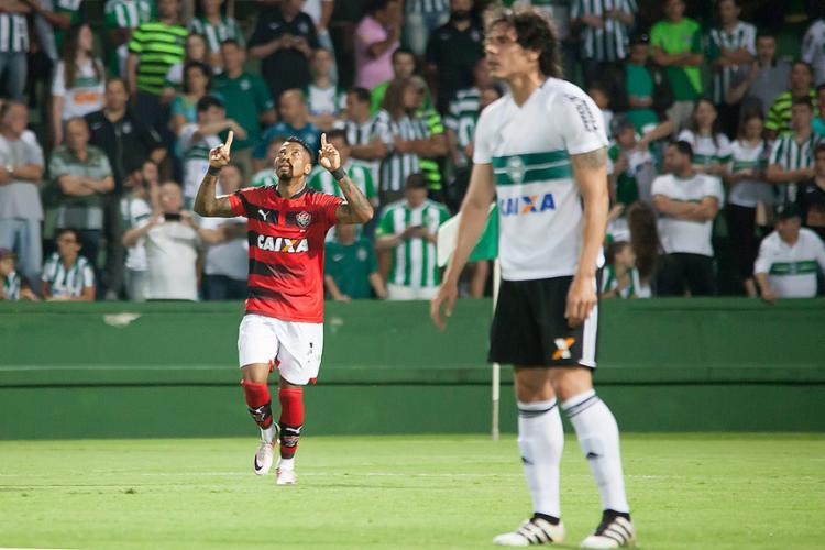 Marinho celebra seu gol diante do atônito zagueiro do Coritiba - Foto: Guilherme Artigas l Foto Arena l Estadão Conteúdo
