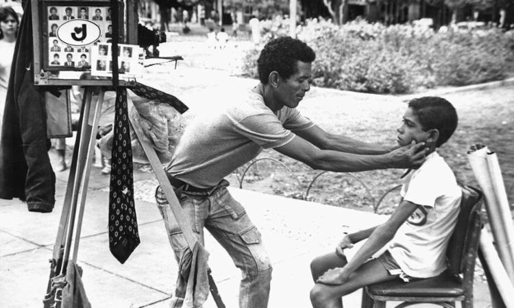 O fotógrafo lambe lambe era visto em diversas ruas de Salvador - Foto: Arquivo   1985