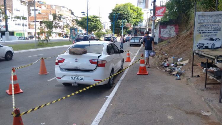 O corpo foi deixado dentro do porta mala do veículo - Foto: Edilson Lima   Ag. A TARDE