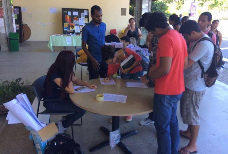 Estudantes recolhem assinaturas para abaixo assinado a ser enviado ao Consuni - Foto: Anderson Sotero | Ag. A TARDE
