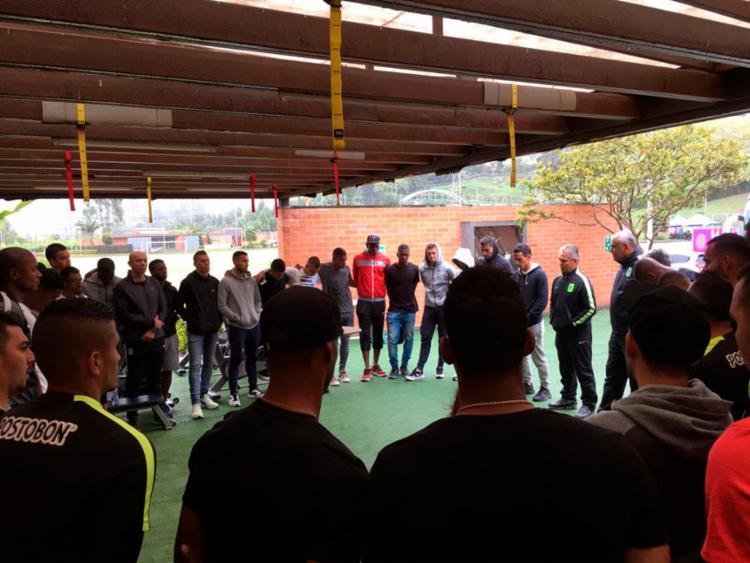 O time fez um minuto de silêncio em homenagem ao Chape - Foto: Reprodução | Twitter | Atletico Nacional