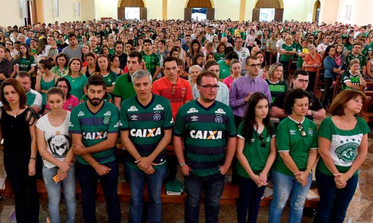 Familiares e amigos dos jogadores e comissão técnica se reuniram para uma missa em Chapecó - Foto: Nelson Almeida | AFP