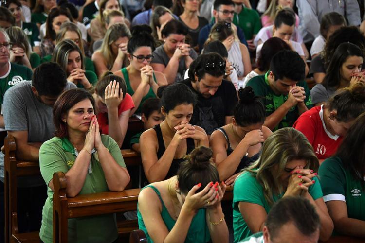 dffb276a1 Torcedores da Chapecoense rezaram durante missa nesta terça-feira