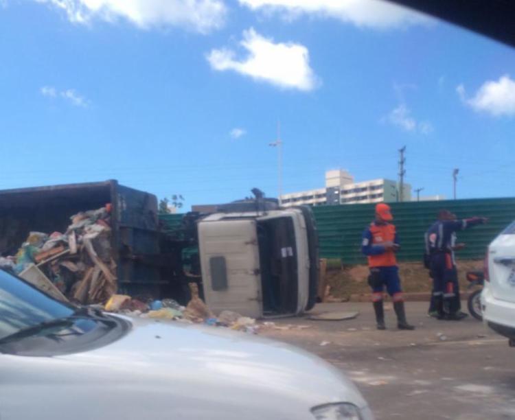 Trânsito está lento por conta do acidente com o caminhão da Limpurb - Foto: Danilo Lima | Cidadão Repórter | Via WhatsApp