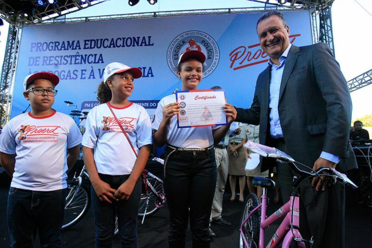 Estudantes das redes pública e privada receberam certificado de conclusão das mãos do governador Rui Costa - Foto: Mila Cordeiro l Ag. A TARDE